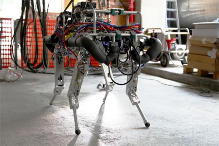 Robot quadrupede HyQ con la servovalvola in miniatura E024 LA di Moog